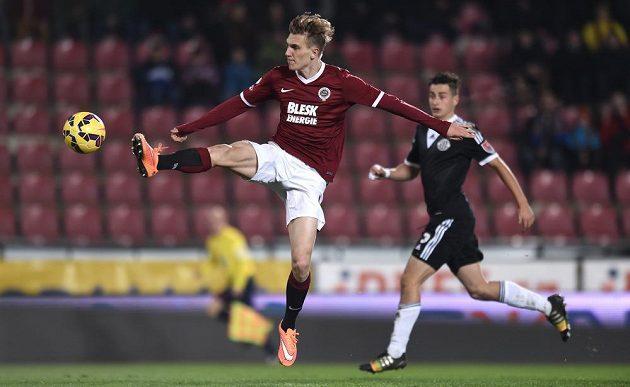 Sparťanský záložník Bořek Dočkal zpracovává míč v zápase s Českými Budějovicemi.