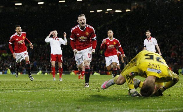 Kapitán Wayne Rooney proměnil v nastavení penaltu a odvrátil blamáž...