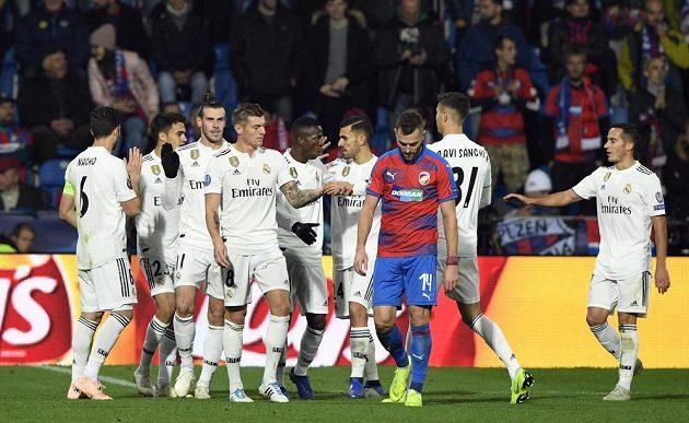Hráči Realu se radují z gólu. Uprostřed je smutný obránce Plzně Radim Řezník.