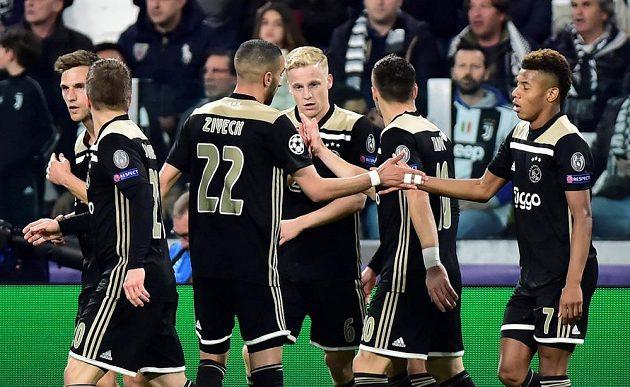 Fotbalisté Ajaxu se radují z vyrovnávací branky