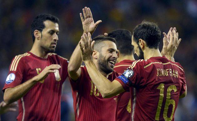 Španělští fotbalisté Sergio Busquets, Jordi Alba a Juanfran se radují z výhry 4:0 nad Lucemburskem.