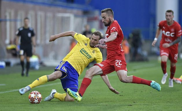 Tomáš Poznar ze Zlína a Jan Shejbal z Teplic v akci během utkání 5. kola.