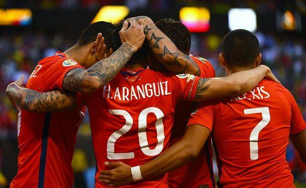 Chilský záložník Charles Aránguiz (20) vstřelil vítězný gól v semifinále Copy América nad Kolumbií.