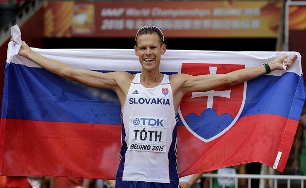 Slovenský chodec Matej Tóth slaví historicky první zlatou medaili Slovenska na MS v atletice.