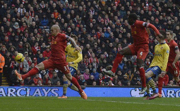 Martin Škrtel (vlevo) z Liverpoolu střílí první gól do sítě Arsenalu.
