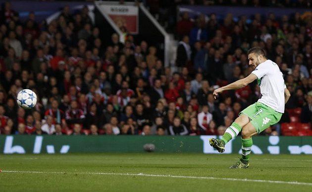 Fotbalista Wolfsburgu Daniel Caligiuri dává úvodní gól v utkání Ligy mistrů proti Manchesteru United.