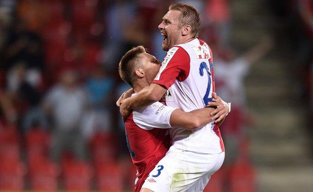 Útočník Slavie Praha Milan Škoda (vlevo) a Karel Piták oslavují gól prvně jmenovaného na 3:1 proti Liberci.