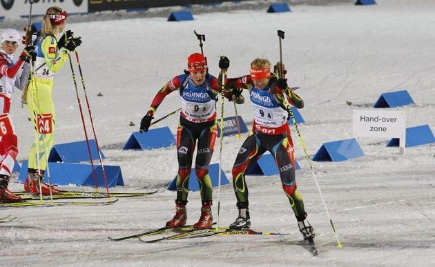 Jitka Landová (vlevo) jela na MS v biatlonu ve štafetě žen třetí úsek, na posledním ji vystřídala Barbora Tomešová.