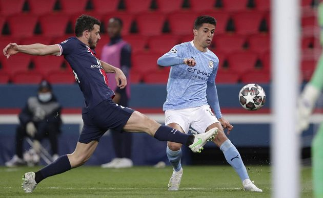 Alessandro Florenzi (vlevo) z PSG a Joao Cancelo z Manchesteru City.