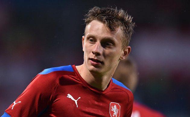 Záložník Ladislav Krejčí v utkání s Rakušany.
