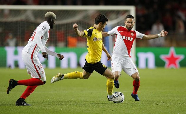 Fotbalista Dortmundu Šinži Kagawa v kaci během odvetného čtvrtfinále Ligy mistrů na hřišti Monaka.