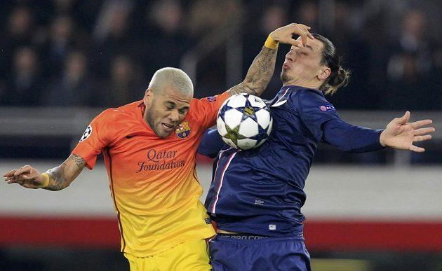 Daniel Alves (vpravo) brání ostrostřelce Zlatana Ibrahimovice z PSG.