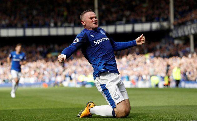Wayne Rooney slaví svůj první gól za Everton.