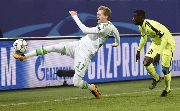 André Schürrle (vlevo) zkouší zkrotit míč, přihlíží Nana Asare z Gentu.