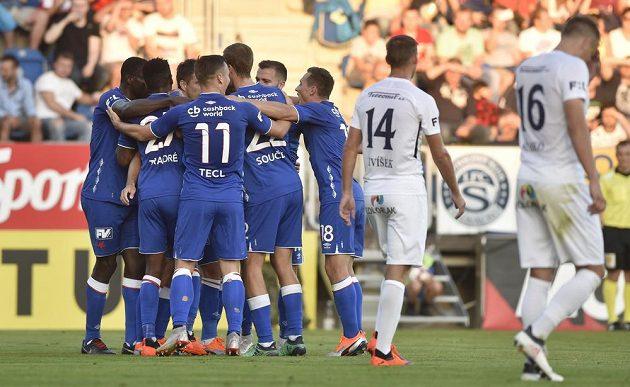 Hráči Slavie se radují z gólu proti Slovácku.