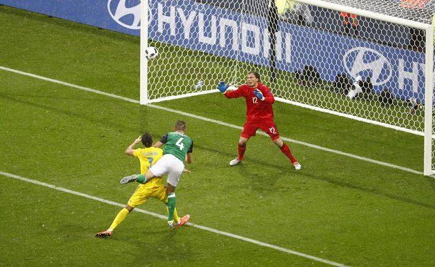 Severoirský foptbalista Gareth McAuley (uprostřed) dává gól proti Ukrajině.
