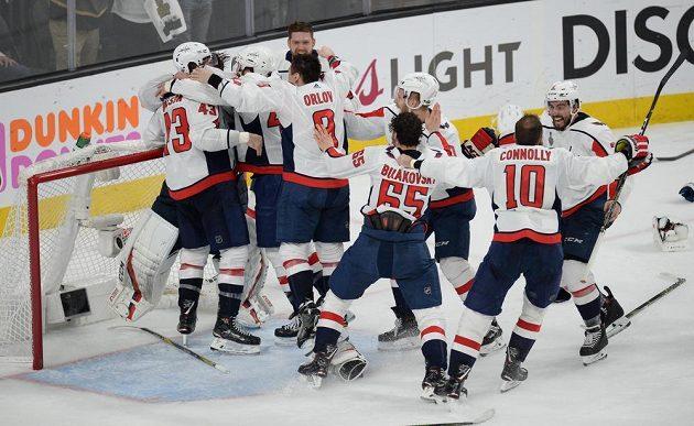 Dobojováno. Hokejisté Washingtonu se radují ze zisku Stanley Cupu.