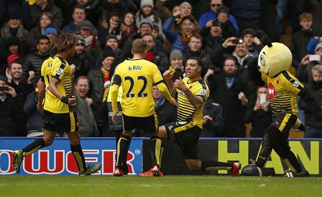 Záložník Watfordu Troy Deeney (třetí zleva) slaví vyrovnávací gól proti Manchesteru United v zápase 13. kola Premier League.