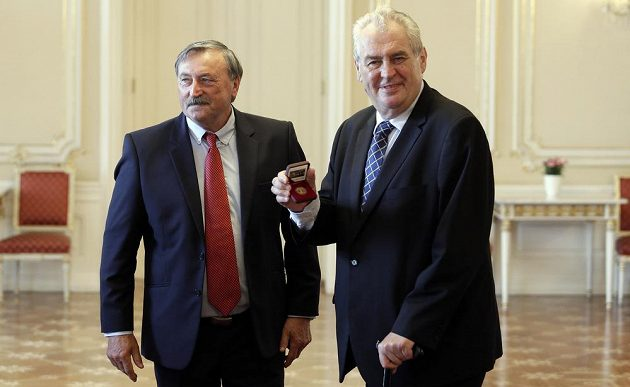 Prezident Miloš Zeman přijal pamětní medaili od Antonína Panenky.