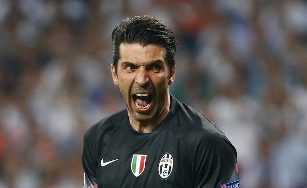 Gólman Juventusu Gianluigi Buffon upozorňuje obránce, aby lépe dostupovali hráče Realu.