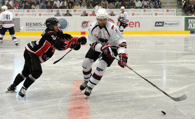 Hokejista Valerij Vasiljev (vlevo) a chomutovský útočník Marek Račuk v přípravném utkání.