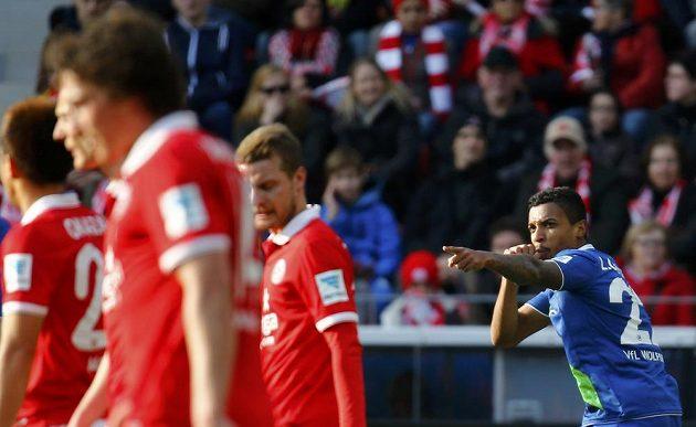 Luiz Gustavo (vpravo) slaví vyrovnávací gól Wolfsburgu na hřišti Mohuče.