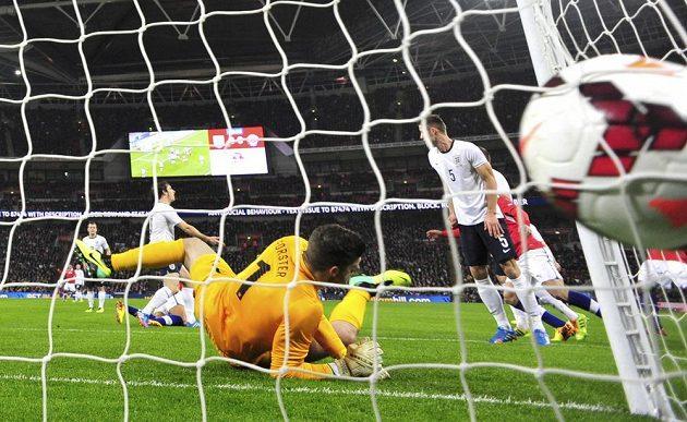 Gól! Takhle vstřelil Chilan Alexis Sánchez první ze dvou gólů do sítě Anglie.