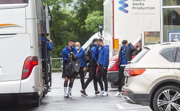 Fotbalisté Liberce vystupují z autobusu u stadionu v Teplicích.