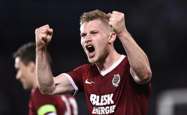 Stoper Sparty Jakub Brabec oslavuje vítězný gól na 2:1 v zápase se Slavií.