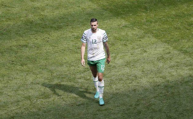 Vyloučený Ir Shane Duffy opouští hřiště v osmifinále ME proti Francii.
