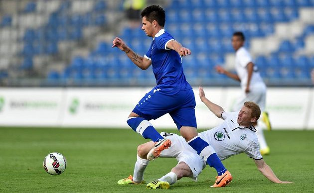 Goran Zakarič ze Širokého Brijegu (vlevo) a mladoboleslavský záložník Jan Šisler během utkání druhého předkola Evropské ligy.