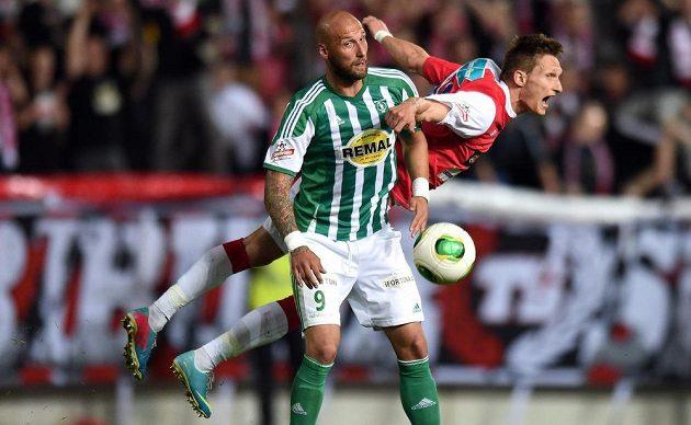 Ivan Lietava z Bohemians (vpředu) a Milan Škoda ze Slavie v utkání 26. kola Gambrinus ligy.