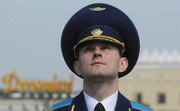Policista při ceremoniálu vyvěšování vlajek účastnických zemí mistrovství světa v Minsku.