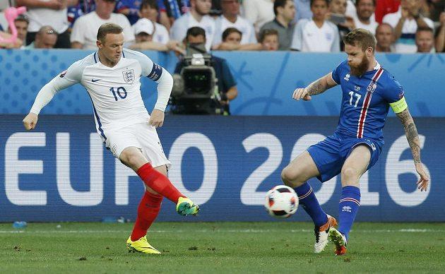 Souboj kapitánů. Angličan Wayne Rooney (vlevo) a Islanďan Aron Gunnarsson.