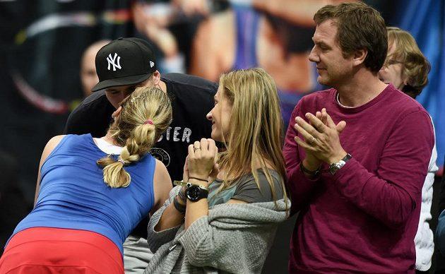 Česká tenistka Petra Kvitová a přítel Radek Meidl oslavují ve finále Fed Cupu vítězství v prvním utkání s Andreou Petkovicovou z Německa.