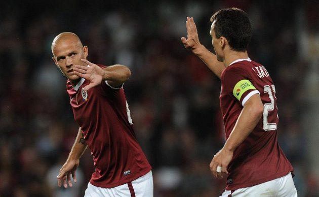 Útočník Sparty Roman Bednář oslavuje spolu s Davidem Lafatou gól proti Příbrami.