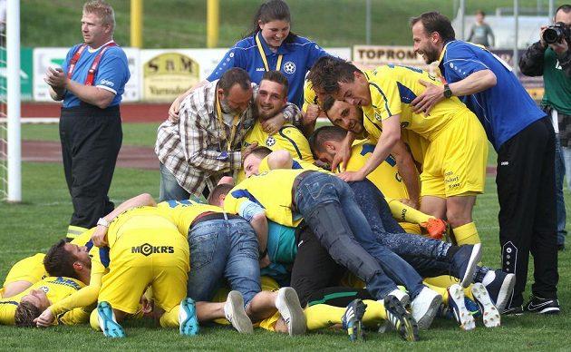 Radost to po utkání Varnsdorf - Olomouc byla veliká, domácí jásají nad postupem do první ligy.
