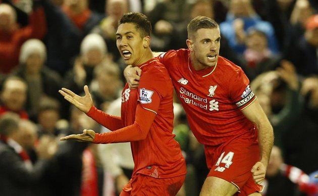 Roberto Firmino (vlevo) oslavuje s Jordanem Hendersonem gól proti Arsenalu.