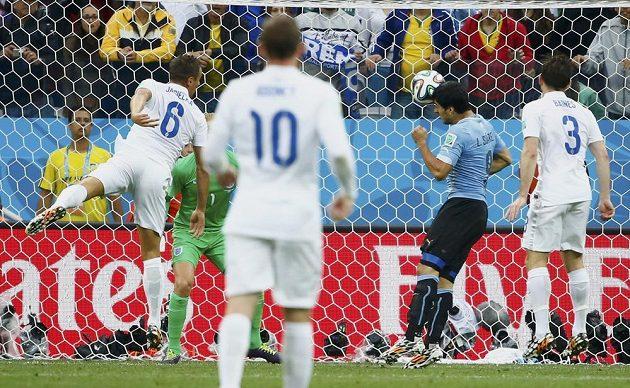 Uruguayec Luis Suárez (druhý zprava) hlavou otevřel skóre zápasu s Anglií.