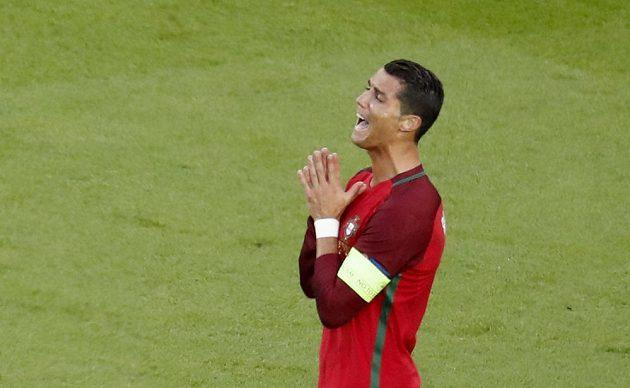 Portugalec Cristiano Ronaldo po neproměněné šanci proti Rakušanům.