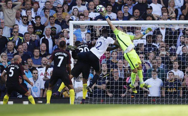 Brankář Manchesteru City Claudio Bravo zasahuje před tottenhamským Victorem Wanyamou.