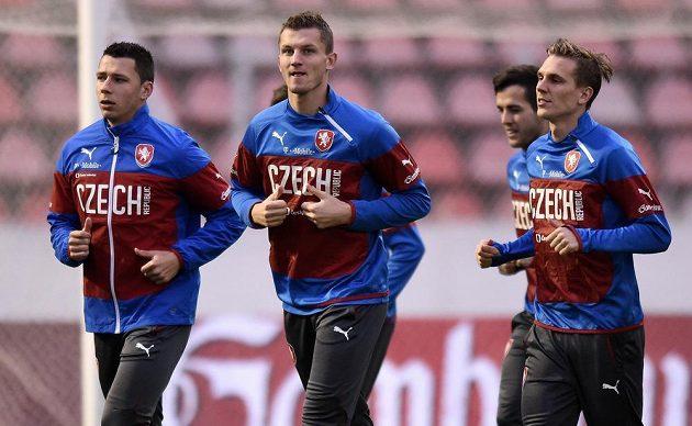 Čeští fotbaloví reprezentatni Marek Suchý (vlevo), Tomáš Necid a Bořek Dočkal (vpravo) na tréninku před kvalifikačním střetnutím s Islandem.