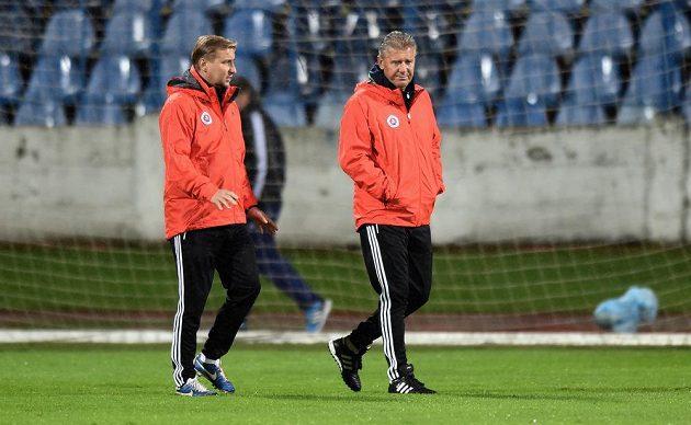 Trenér Slovanu Bratislava Jozef Chovanec (vpravo) a asistent Horst Siegl během předzápasového tréninku před utkáním základní skupiny Evropské ligy se Spartou Praha na stadiónu Pasienky v Bratislavě.