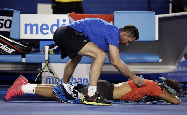 Rafael Nadal v péči fyzioterapeuta během finále Australian Open.