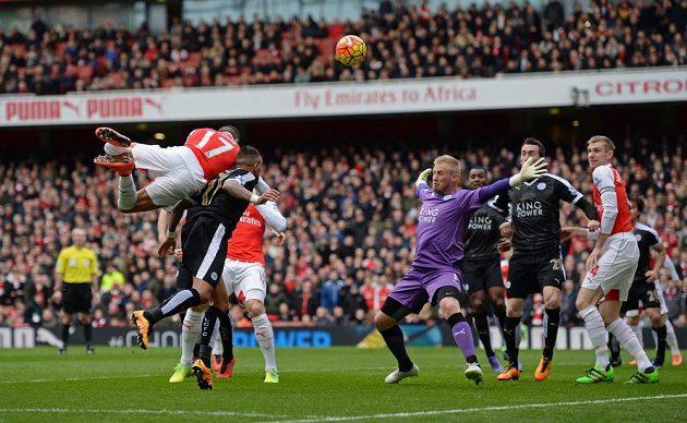 Útočník Alexis Sánchez (17) z Arsenalu hlavičkuje v zápase 26. kola anglické Premier League proti Leicesteru.