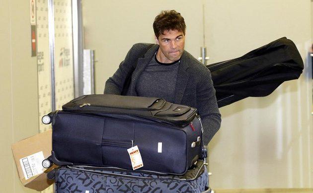 Jágr s věcmi na pražském letišti po příletu ze Spojených států amerických.