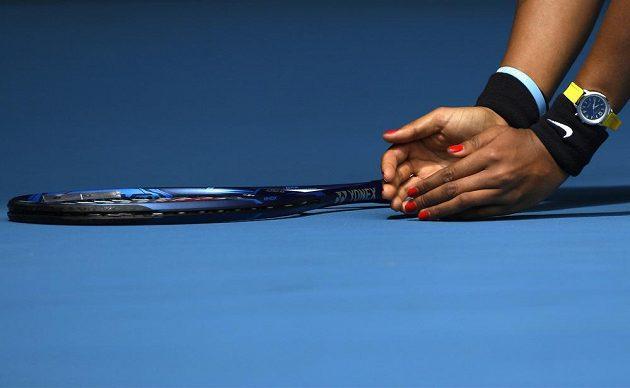 Pojď sem! Naomi Ósakaová se snaží chytit brouka při utkání Australian Open.
