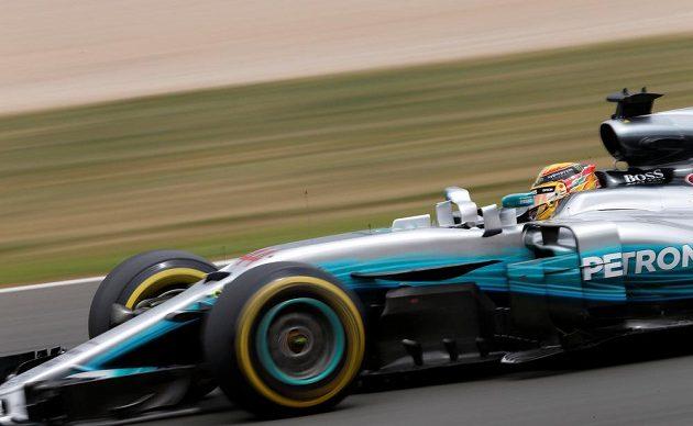 Brit Lewis Hamilton v Silverstonu na cestě za dalším triumfem.