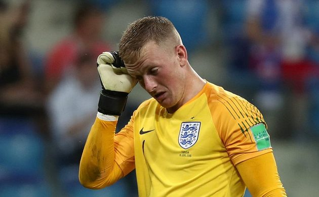 Anglický brankář Jordan Pickford odchází do kabiny v poločasu utkání s Tuniskem.