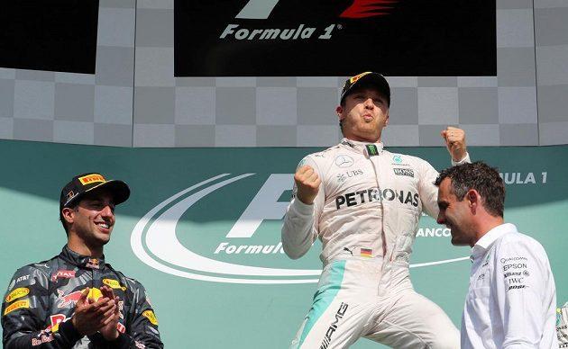 Nico Rosberg se raduje ze svého triumfu ve Velké ceně Belgie.